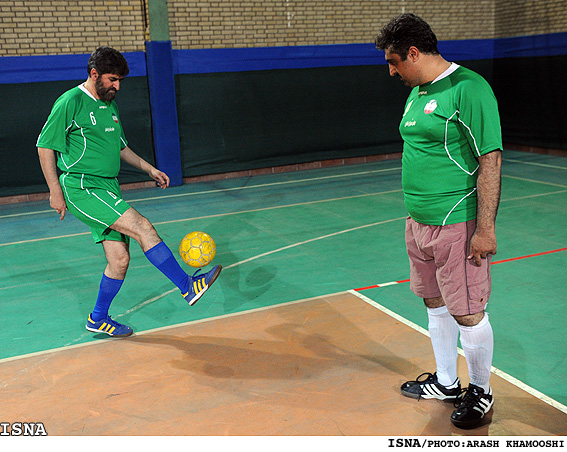 علی مطهری در حال بازی فوتبال